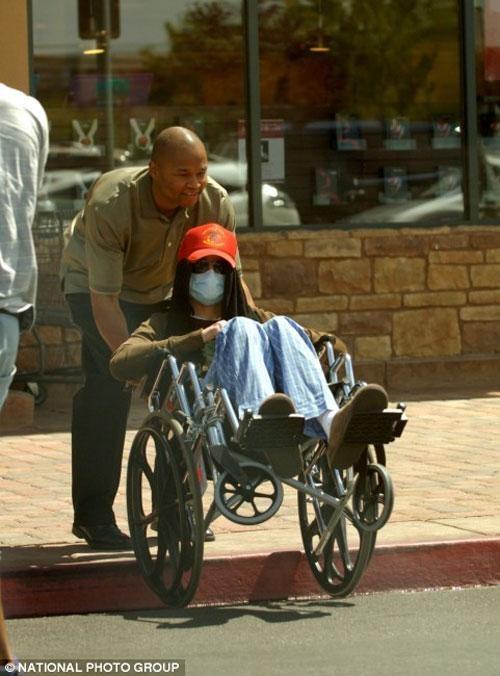 Свое 50-летие в августе прошлого года Майкл встретил в инвалидном кресле, одетый в пижаму и шлепанцы. В таком виде папарацци засняли певца, выкарабкивающегося с помощью помощников из машины, у ворот собственного дома.